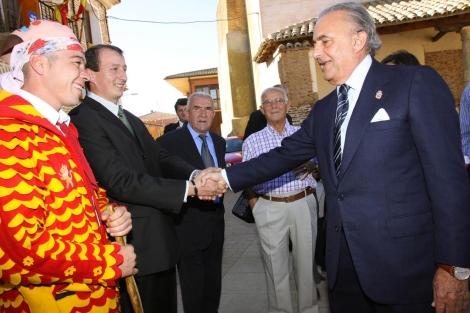 Cisneros saluda a vecinos y al tradicional 'chiborra', a la izquierda. | M. Brágimo
