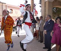 Baile a la entrada de la iglesia. | M. Brágimo