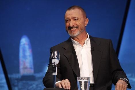 Arturo Pérez-Reverte, durante una entrevista televisiva con Casimiro García-Abadillo. | EL MUNDO
