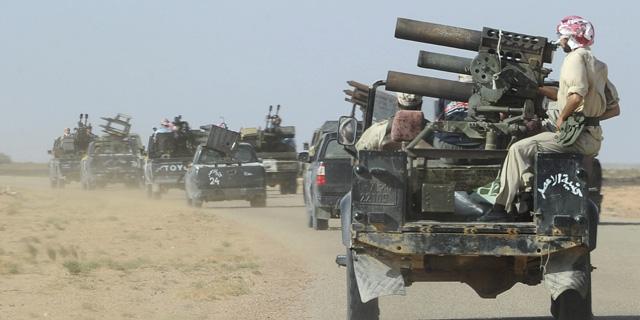 Un convoy de combatientes rebeldes libios llega a Dufan, en el desierto libio. | Efe