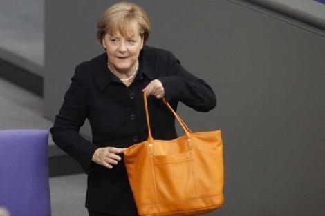 La canciller alemana con su bolso a su llegada al Bundestag.   Reuters