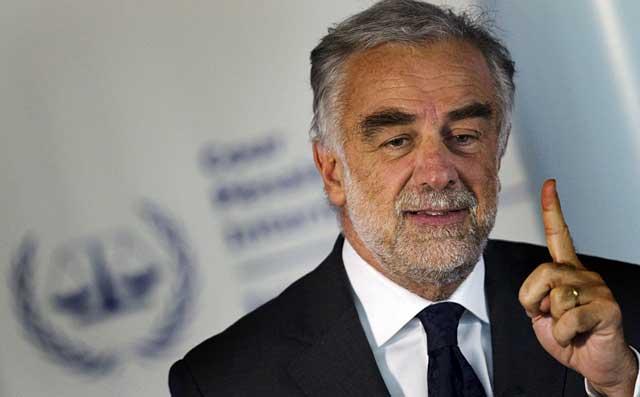 El fiscal general de la Corte Penal Internacional Luis Moreno-Ocampo durante una rueda de prensa en La Haya. | Reuters