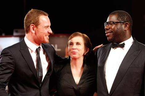 El actor Michael Fassbender, la guionista Abi Morgan y el director Steve McQueen (dcha.). | AP