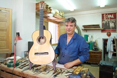 Juan Miguel Carmona, en su taller del barrio granadino del Realejo. | Jesús G. Hinchado