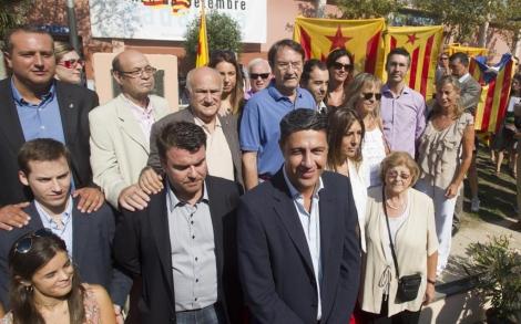 Varios independentistas alzan 'estelades' en presencia de Albiol. | Efe