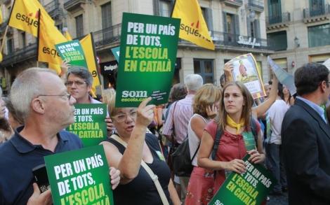 Manifestación por la inmersión en la plaza Sant Jaume. | Jordi Soteras