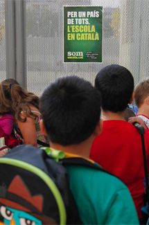 Cartel reivindicativo en la escuela Acacies de Barcelona. | Efe