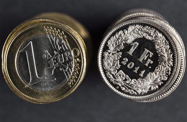 Montones de euros y francos suizos. | Efe