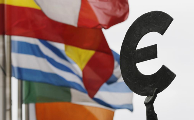 Banderas de la UE ondean a la salida del Parlamento Europeo en Bruselas | Reuters