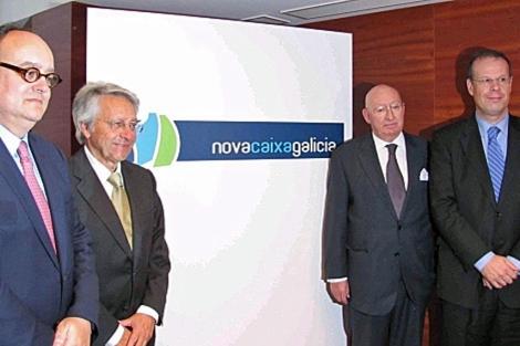 Paredes, Gayoso, Varela y José Luis Pego, a la derecha, con el nuevo nombre de la caja.   A. G.