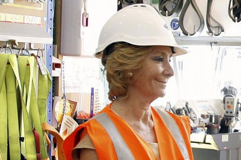 Esperanza Aguirre durante su visita a la fábrica de yesos en San Martín de la Vega.| Efe