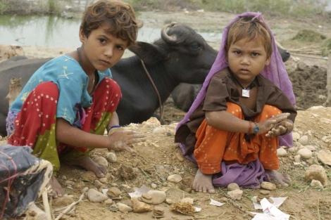 Niños paquistaníes juegan en un campamento de damnificados.| EFE
