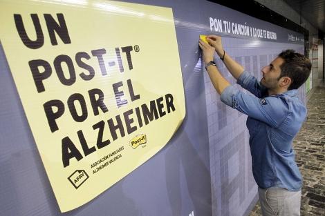 Faubel pone el primer 'post it' en la campaña contra el Alzheimer. | José Cuéllar