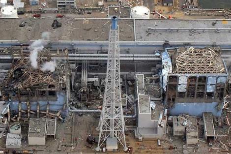 Imagen aérea de dos reactores de la central de Fukushima, Japón. | Afp