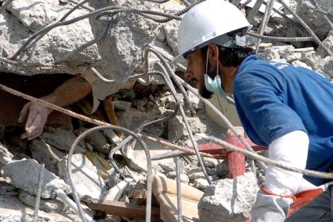 Una víctima atrapada en el terremoto de Pakistán de 2010.   AFP