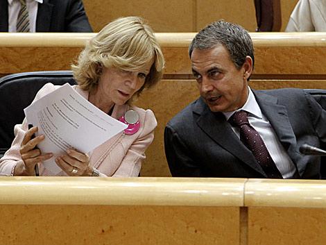 Salgado comparte con Zapatero unos apuntes en el Senado. | Efe/Javier Lizón