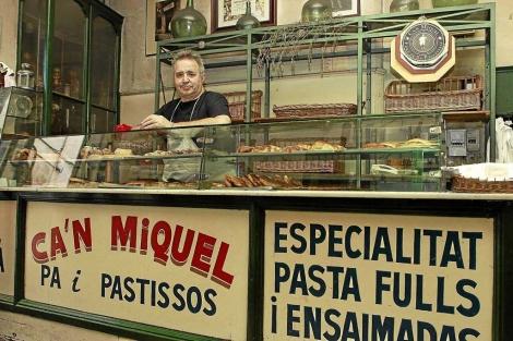 Miquel en su panadería de la calle Pelleteria. | Pep Vicens