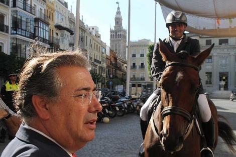El alcalde Zoido saluda a uno de los jinetes durante la presentación del certamen. | Carlos Márquez