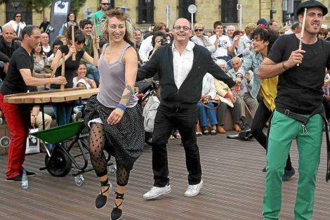 El alcalde de San Sebastián baila un pasacalles durante la celebración de la elección.   Efe