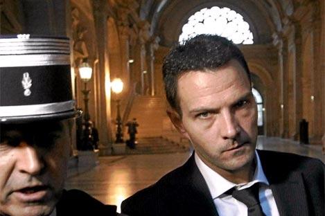 El 'broker' Jêrome Kerviel escoltado por la policía en el año 2010   Afp