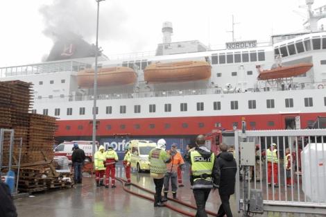 El barco MS Nordlys llega al puerto de Alesund con el fuego sin sofocar. | Ap