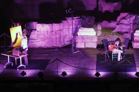 El pintor Andrés Mérida y el guitarrista Daniel Casares en el Teatro Romano.   A. Pastor