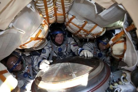 Los tres astronautas, tras el aterrizaje de la Soyuz. | Reuters