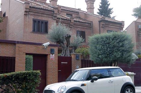 Las residencias habituales de hasta 300.000 euros estarán exentas de pagar este impuesto. En la imagen, fachada de una vivienda unifamiliar de Pozuelo (Madrid)   J. Ayma