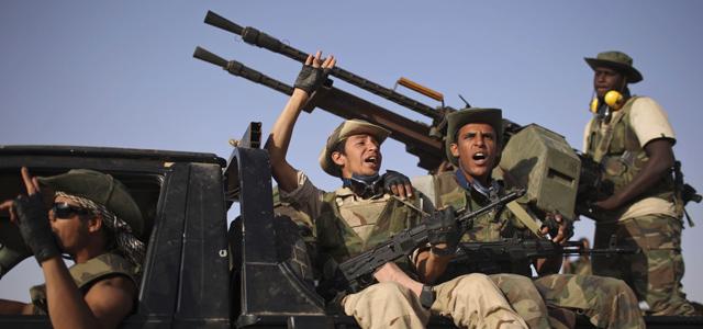 Un grupo de rebeldes a las afueras del feudo gadafista de Bani Walid. | Ap