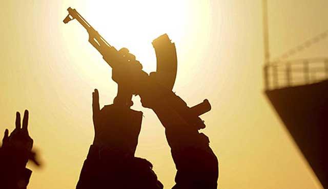 Un grupo de rebeldes levantan sus armas en el puerto de Bengasi, Libia. | Efe