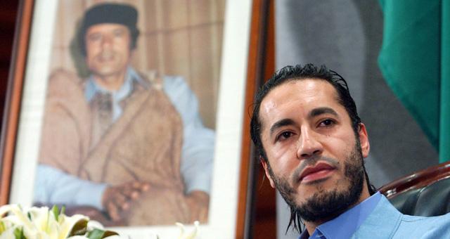 Saadi Gadafi, junto a un retrato de su padre. | Efe