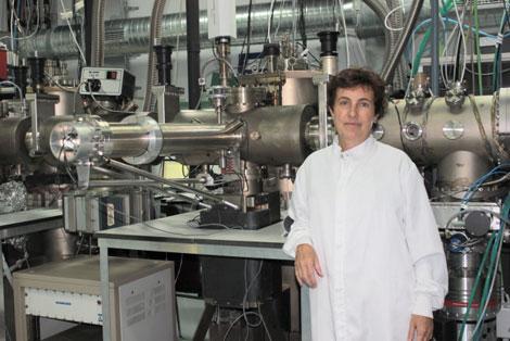 Luisa González junto a un equipo de Epitaxia de Haces Moleculares diseñado por Fernando Briones y construido en el grupo de MBE del Instituto de Microelectrónica de Madrid (CSIC).