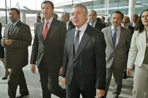 Los ministros Blanco y Caamaño, y el presidente gallego Núñez Feijóo en Lavacolla. | Efe