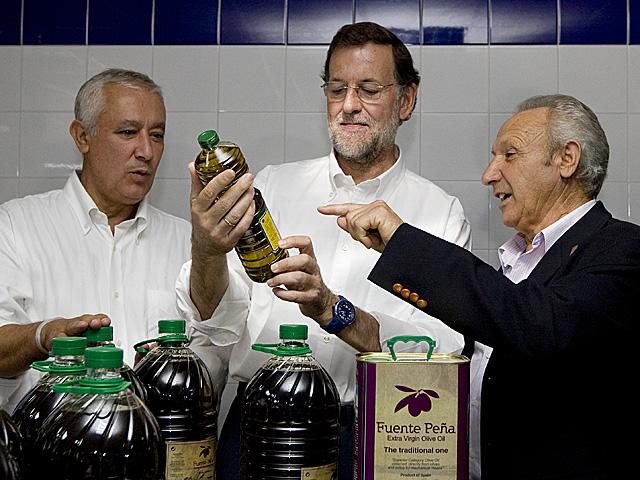 Rajoy, junto a Arenas, en la cooperativa Fuentepeña (Jaén), el sábado. | Tarek | PP
