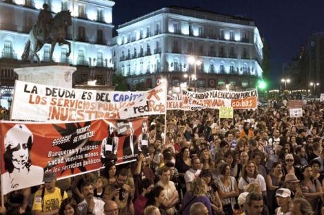 Manifestantes congregados en Sol en defensa de la sanidad y educación públicas. | Efe