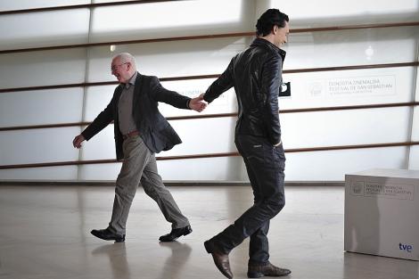 Terence Davies, con el actor Tom Hiddleston, esta mañana, en el Kursaal. | Ap