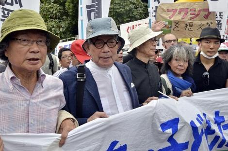 El Nobel Kenzaburo Oé (segundo por la izda.) en la protesta en Tokio. | Afp