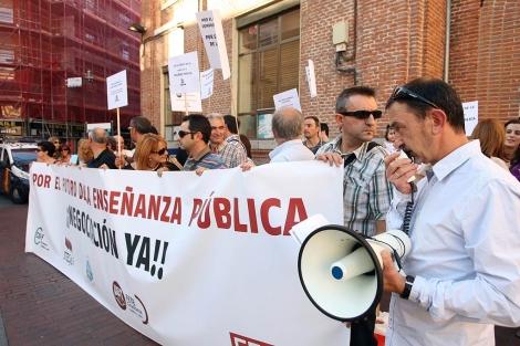Representantes de los sindicatos de Educación protestan en Valladolid. | Ical