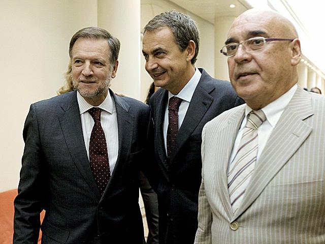 Javier Rojo (dcha), junto a Iglesias y Zapatero en el Senado.   Efe