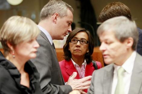 Rosa Aguilar habla con su homólogo francés y el comisario de Agricultura. | Efe