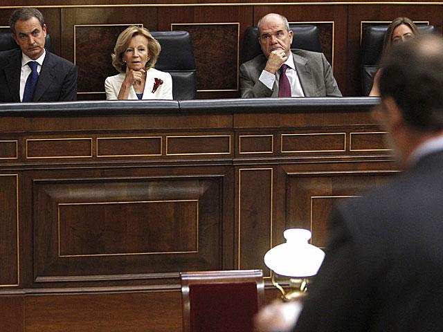 Zapatero escucha la pregunta de Rajoy. | Juan C. Hidalgo/Efe