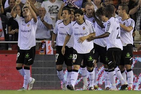 Los jugadores del Valencia con el twitter del club en las camisetas | AFP