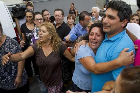 Juan José Cortés, abrazado a su madre, tras salir del juzgado. | J. Yáñez