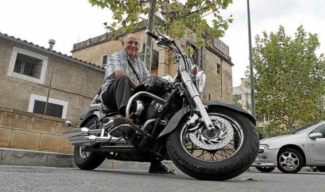 El rector de Sa Indioteria, Tomeu Suau, en su moto Yamaha, regalo de un grupo de jóvenes. | Jordi Avellà