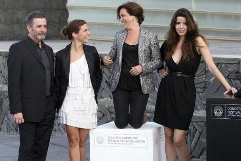 João Canijo y las actrices Cleia Almeida (izda), Rita Blanco (centro) y Anabela Moreira. | Efe