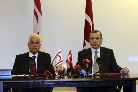 El premier turco (d.), Erdogan, junto al líder chipriota, Dervish Eroglu, en Nueva York. | Reuters