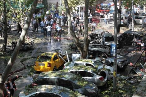 Los vehículos dañados después de la explosión en Ankara, Turquía.   Reuters