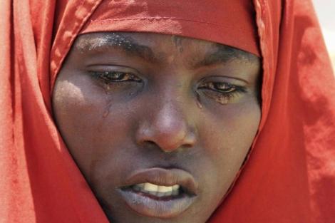 Una mujer somalí llora la muerte de su hijo en un campo de refugiados.   Reuters