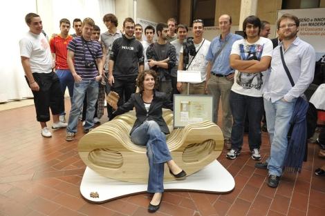 Silvia Gómez, rodeada de compañeros y profesores del instituto. | R. Blanco