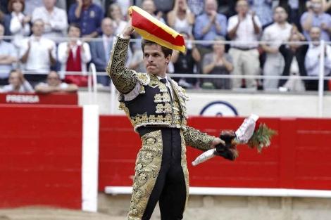 El Juli saluda a la afición de Barcelona.   Efe